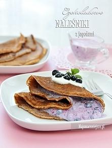 Naleśniki czekoladowe z jagodami Składniki (na 6-8 naleśników): 300 g mąki pszennej ok. 500 ml mleka 3 jajka 2 łyżki słodkiego kakao szczypta soli olej do smażenia Nadzienie: 1 ...