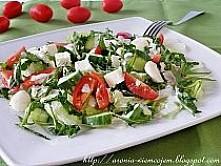 Składniki na 4 porcje: 8 liści sałaty lodowej 2 garście rukoli 8 pomidorków k...