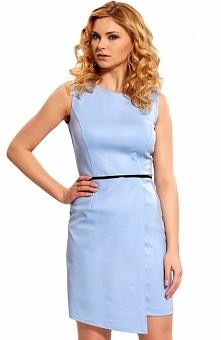 Bicot 22071-01 sukienka błękitna Elegancka i niezwykle kobieca sukienka, dopasowany fason, przód ozdobiony asymetryczną wydłużoną zakładką