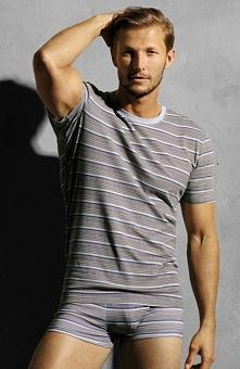 Henderson Zig it 30360 -84X koszulka Zigit czyli koszulka, która łączy w sobie modną kolorystykę z motywem poziomych pasków. Wykonana z wysoko gatunkowej bawełny (95%)zapewnia n...