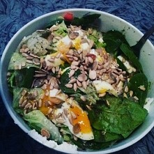 Kolacyjka, salata lodowa szpinak feta jajo  warzywka i ziarenka :-)