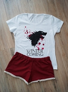 Piżamka wykonana na zamówienie :) Koszulka ręcznie malowana specjalnymi farbami do tkanin. Spodenki z dresówki wykończone pomponikami :)