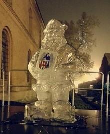 Czujecie święta? Bo ja niestety nie..  Mikołaj z lodu w Toruniu :)