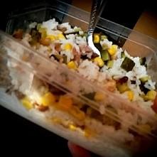 możliwość zjedzenia nawet na 3x! Pyszne i pożywne, no i oczywiście szybkie ;)  1 torebka ryżu Kurczak ugotowany kukurydza ogórek konserwowy