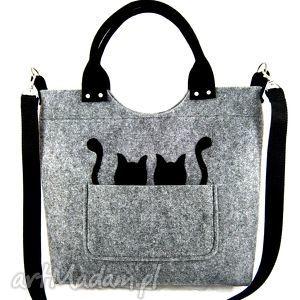 Duża szara torebka z filcu z kotkami w kieszeni.