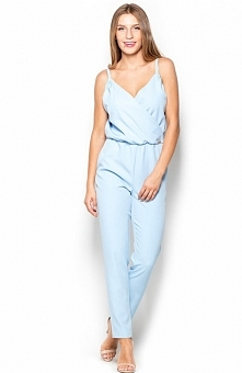 Katrus K390 kombinezon niebieski Bardzo kobiecy kombinezon, wykonany z wysokiej jakości eleganckiego materiału, kopertowy dekolt