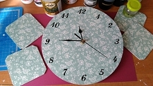 Zegar ścienny w białe różyczki i podkładki pod kubki Decoupage