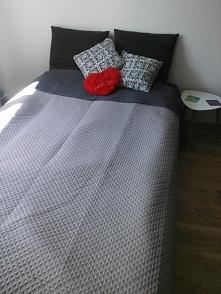Moje łóżko <3  Narzutka dwustronna z allegro, stoliczek z Jysk. Może dla kogoś będzie inspiracją ;) P.S. tak, wiem, że narzutka niewyprasowana, ale to spontaniczne zdjęcie z ...