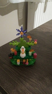 Olaf też ma swoją choinkę :...