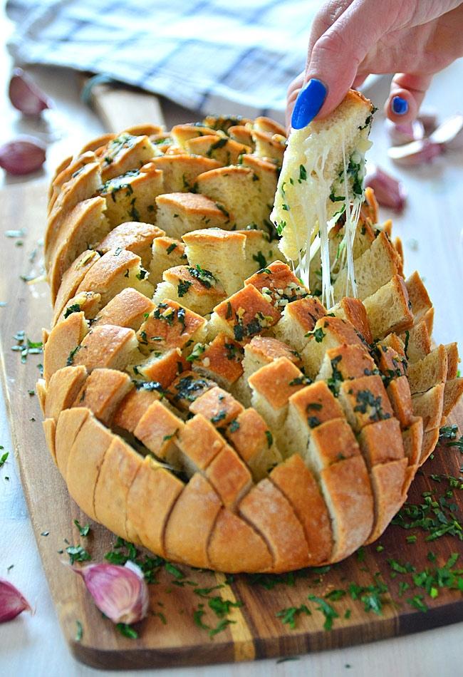 """Chleb faszerowany serem i masłem czosnkowo-pietruszkowym - najlepsza klasyczna wersja chleba """"imprezowego"""" (chleb nacinany)  Przepis po kliknięciu w zdjęcie :)"""
