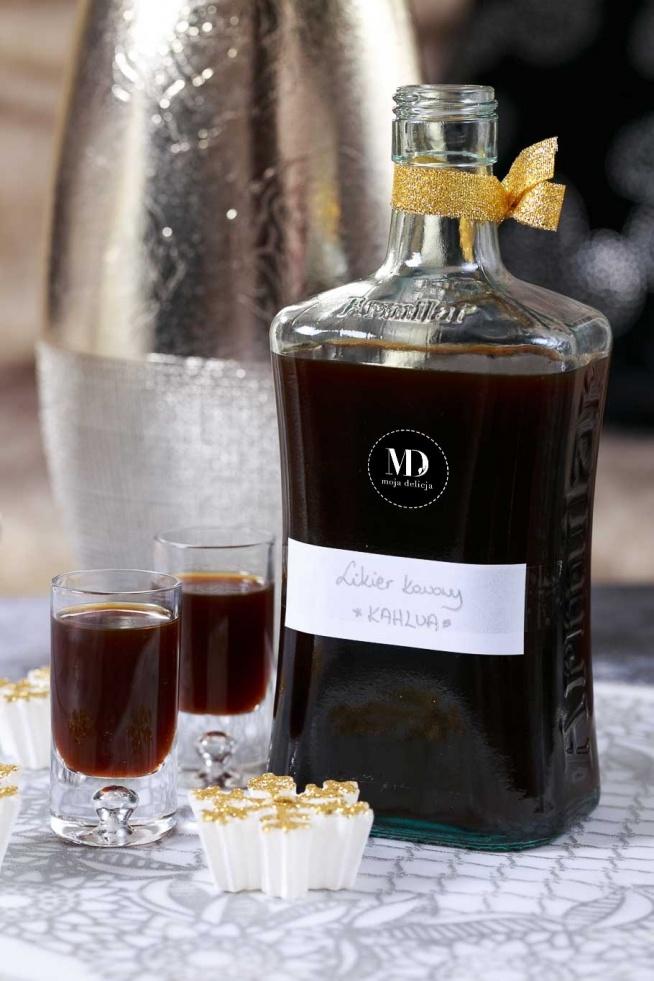 Domowy likier kawowy bez mleka lub śmietanki. Czarny likier kawowy. Domowa Kahlua. Likier można pić samodzielnie lub używać jako składnik wielu drinków. Domowy likier kawowy można również wykorzystać do nasączania biszkoptów lub aromatyzowania kremów.