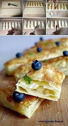 Chrupiące ciasto i gorące jabłkowe wnętrze. Szybkie i proste, bo podstawą jest ciasto francuskie. Składniki: 1 płat ciasta francuskiego 2 jabłka 1 łyżka cukru + cukier do posłod...