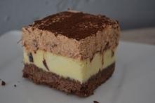 SERNIK Z MUSEM ŚLIWKOWYM Składniki Spód: 250 g ciasteczek kruchych kakaowych  1 łyżeczka cynamonu  3 łyżki masła  Masa serowa: 1 kg zmielonego twarogu sernikowego (może być goto...
