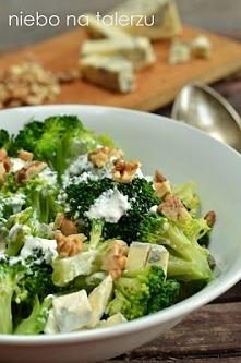 Sałatka brokułowa z serem pleśniowym