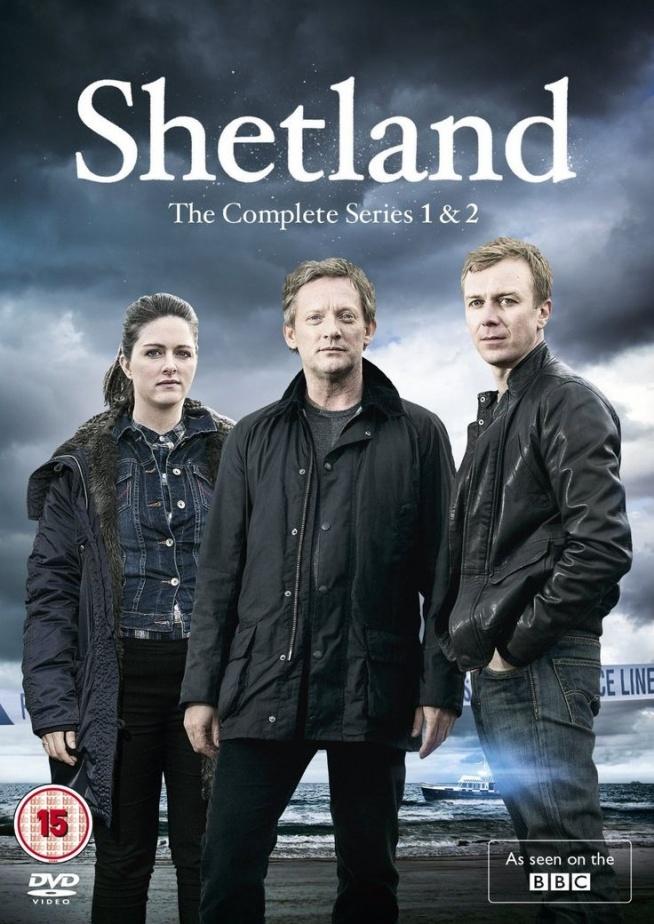Shetland(2013)  Inspektor Jimmy Perez (Douglas Henshall) po latach powraca w rodzinne strony wraz z nastoletnią córką. Mimo że Perez pochodzi z Fair Isle, niewielkiej wyspy znajdującej się u wybrzeży Szetlandów, okolicznym mieszkańcom nie jest łatwo otworzyć się przed obcym i tym samym pomóc mu w śledztwie. Cały zespół musi wykazać się sporą pomysłowością, by rozwiązać nawet najprostszą sprawę.