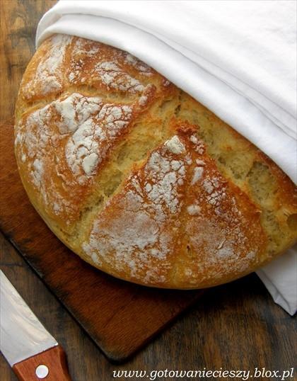 pszenny chleb * 2 szklanki mąki + 2 łyżki do formowania bochenka * 1 pełna szklanka ciepłej wody * 1 płaska łyżeczka soli * 1 pełna łyżeczka suszonych drożdży Wszystkie składniki sypkie wsypać do dużej miski, wlać wodę i zamieszać kilka razy - tak aby składniki się połączyły i utworzyły w miarę jednolite ciasto (powinno wystarczyć kilka energicznych ruchów). Ciasto przykrywamy bawełnianą ściereczką i odstawiamy w ciepłe miejsce na ok 3-4 godziny by podwoiło objętość. Po tym czasie ciasto przekładamy do wysmarowanej oliwą i wysypanej mąką formy (proponuję upiec go w tortownicy lub w okrągłym naczyniu żaroodpornym, bo ciasto jest dość rzadkie i może się nie uformować ładny, okrągły bochenek, a właśnie to rzadkie ciasto jest gwarantem delikatności chleba) i odstawiamy jeszcze na ok 40 min aby wyrosło. Piekarnik nagrzewamy do 225 stopni i na spód wkładamy naczynie z gorącą wodą. Chleb pieczemy na środkowym poziomie piekarnika ok 30 - 40 min (najlepiej patrzec kiedy będzie przypieczony).