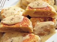Składniki na 6 porcji: - 1 kg ugotowanych ziemniaków - 2–3 łyżki mąki - 50 dag kapusty - 1 cebula - 2 jajka - łyżeczka koncentratu pomidorowego - olej do smażenia - koper...