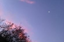 wschód słońca a to świecące to jeszcze księżyc :)