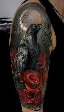 kruk i róże mroczne tatuaże