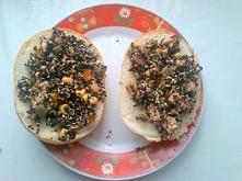 pyszne, zdrowe śniadanie na piątek. Na talerzu: komosa ryżowa, tuńczyk, kukur...