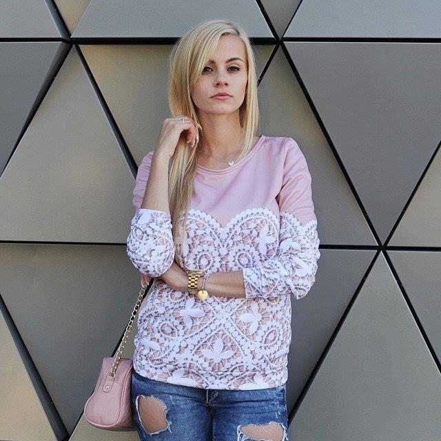 Kolor pudrowy jest ostatnio bardzo modny. Dlatego proponujemy Ci przepiękną pudrową bluzę, z niesamowitym, pięknym wzorem, idealnym materiałem! Jeżeli chcesz wyglądać słodko i przeuroczo, to ta pudrowa bluza jest idealna dla Ciebie! Zresztą sprawdź sama!