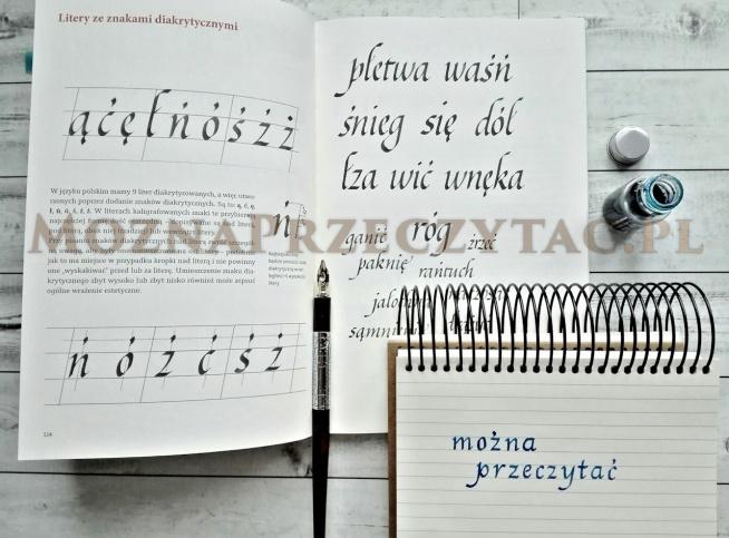 """""""Piękna Litera"""" to pierwszy polski podręcznik do kaligrafii, który wysoko stawia poprzeczkę ewentualnym konkurentom w przyszłości. To przede wszystkim książka, z którą niezwykle przyjemnie jest obcować. Już od pierwszego spojrzenia zachwyca minimalistyczną i elegancką okładką przywodzącą na myśl starą szkołę wydawniczą. Znajdziemy tutaj nie tylko rys historyczny uncjały i italiki ale również przystępne opisy ćwiczeń, zaś ilustracje instruktażowe krok po kroku wprowadzają laika w architekturę kolejnych liter."""