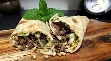 Tortilla z wołowiną, cukinią, serem żółtym i orzeszkami