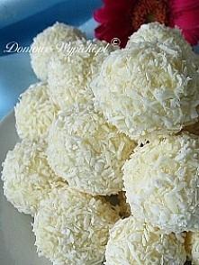 Kulki kokosowe/ Raffaello Składniki: 300g białej czekolady 200g wiórek kokoso...