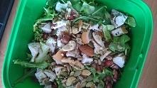 Wracamy na poprawna droge :) Sałatka (mix sałat, granat, orzechy, ogórek, wedzona pierś z kurczaka przyprawy: ostra papryka, pieprz, zioła)