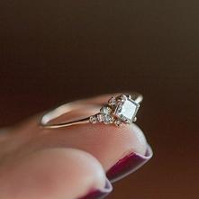 Pierścionek zaręczynowy.