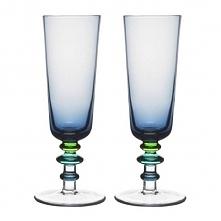 Efektowne kieliszki do szampana na zdobionej kolorowymi kuleczkami nóżce.