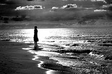 Nazywam się cisza i noszę pustynne stroje,  W tym nocnym zgiełku utopie się za nas dwoje. przewrotna szybkość we mnie tonie. Ja wiem, że mogę zwolnić, ale po co ?  Samotna wyspa...