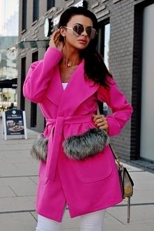 Płaszcz z kieszeniami z futrem
