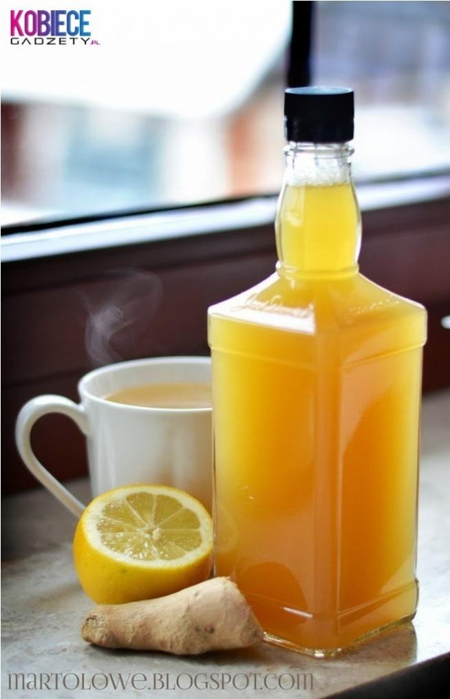 SYROP IMBIROWO-MIODOWY....Idealny na przeziębienie! - 2,5 szklanki wody, - jeden spory korzeń imbiru, - jedna duża cytryna , - szklanka miodu, - ewentualnie 1/2 szklanki cukru jeśli ktoś lubi na słodko. Do garnuszka wlewamy wodę i dodajemy starty (na dużych oczkach) imbir i cukier (opcjonalnie). Gotujemy na małym ogniu ok 25 min. Kiedy przestygnie odcedzamy imbir, dodajemy cytrynę (można też dodać startą skórkę) i miód. Należy wypijać łyżkę syropu 3 razy na dobę bądź szczodrze dolewać go sobie do herbaty. Życzę zdrowia!