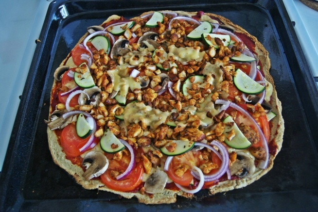 Mega zdrowa i dobra pizza ;) Smak pizzy jak z dobrej włoskiej restauracji :) I to full w konwencji fit :) ► 1 mały kalafior ► 2 jajka ► 50g płatków owsianych błyskawicznych i 50g płatków błyskawicznych orkiszowych (dodatkowo zblendowane na drobniejszą konsystencję) ► sól/pieprz do smaku ► około 100g kurczaka ► przecier pomidorowy ► ser żółty (ilość w ramach zapotrzebowania na tłuszcze) ►pomidor, cebula, pieczarki, cukinia Kalafior można, lecz nie trzeba ugotować, następnie zblendować razem ze 100g płatków owsianych dodając do tego 2 jajka (trochę wody), tak aby utworzyła się jednolita masa (dodać sól i pieprz). Zbitą konsystencję rozłożyć równomiernie na blaszy od piekarnika posmarowanej delikatnie olejem np. kokosowym lub położyć na papierze do pieczenia. Wsadzić do piekarnika na około 15 minut aby spód naszej pizzy delikatnie stwardniał. Po wyciągnięciu spodu do pizzy z piekarnika nakładamy najcenniejszą zawartość :) ► najpierw smarujemy przecierem pomidorowym ► na to kładziemy pokrojonego drobno i usmażonego wcześniej kurczaka ► ser żółty ► a następnie kładziemy resztę, czyli: pomidory, cukinię, pieczarki ► na samą górę resztki kurczaka oraz sera żółtego