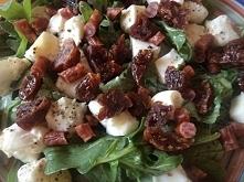 Sałatka z kabanosem,z suszonymi pomidorami i mozzarellą przyp.z Doradca smaku