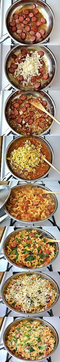 KIEŁBASKA + MAKARON  1. Podsmaż cebulkę, 2. Dodaj kiełbaskę, 3. Zalej pomidorami z puszki i wodą wrzuć makaron 4. Wymieszaj przykryj i gotuj na małym ogniu aż makaron zmięknie, 5. Na końcu zetrzyj sera przykryj i jeszcze chwilę potrzymaj na palniku ale wyłącz.