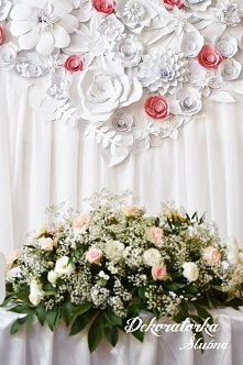 Różowo białe kwiaty papierowe