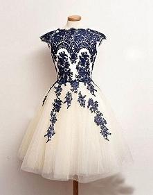 Sukienka z koronkowymi doda...