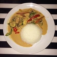 tajskie czerwone curry .. uwielbiam ! mega zdrowe bez dodatku soli , na odrobinie oleju koko, przepyszne :)