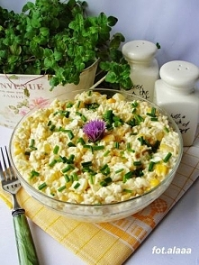 Sałatka z ryżem, jajkami i kukurydzą