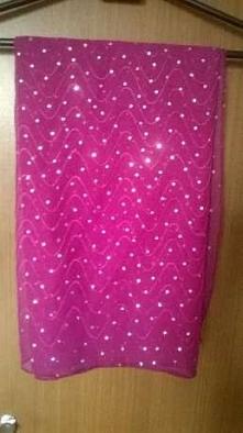 Szal, chusta w kolorze fuksji (intensywnie różowy), z cekinami/ dżetami