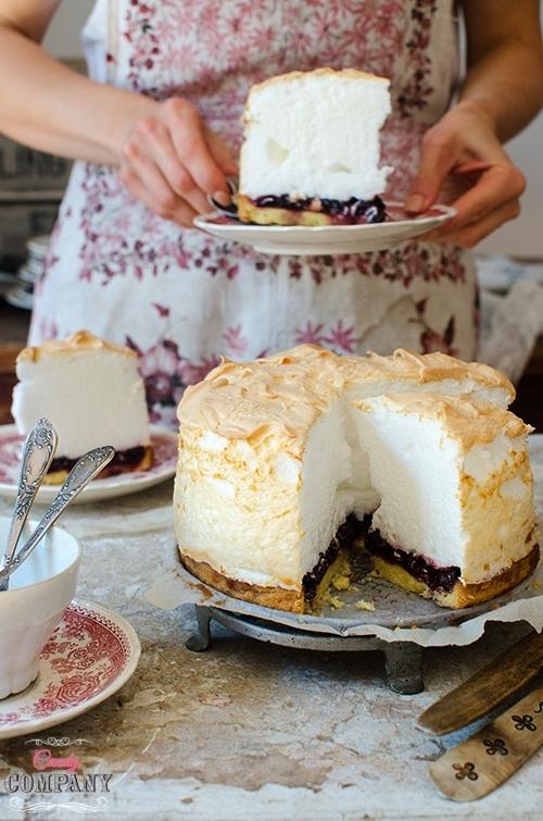 piankowiec:  Składniki: 7 białek  140 g drobnego cukru (7 łyżek)  Białka ubijamy na sztywno, stopniowo dodajemy cukier i ubijamy jeszcze kilka minut (mikserem stacjonarnym krócej niż ręcznym), aż piana będzie sztywna, lśniąca i gęsta.  Pianę wykładamy na podpieczony spód i pieczemy 10 minut w piekarniku nagrzanym do 175 C. Następnie wyłączamy piekarnik, zostawiamy w nim ciasto na kolejne 10 minut i wyjmujemy do ostudzenia. Piana może lekko przywrzeć do ścianek foremki, natłuszczonym nożem delikatnie obkrajamy piankowca i wyjmujemy z formy.  Smacznego!