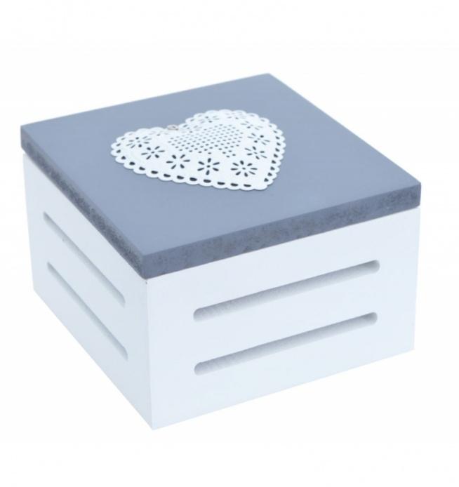 Małe drewniane pudełko szaro-białe z wieczkiem. Pudełko na wieczku posiada metalowe białe ażurowe serduszko.  Pudełko idealne do przechowywania niewielkich drobiazgów, biżuterii itp. Piękny element dekoracyjny w mieszkaniu.