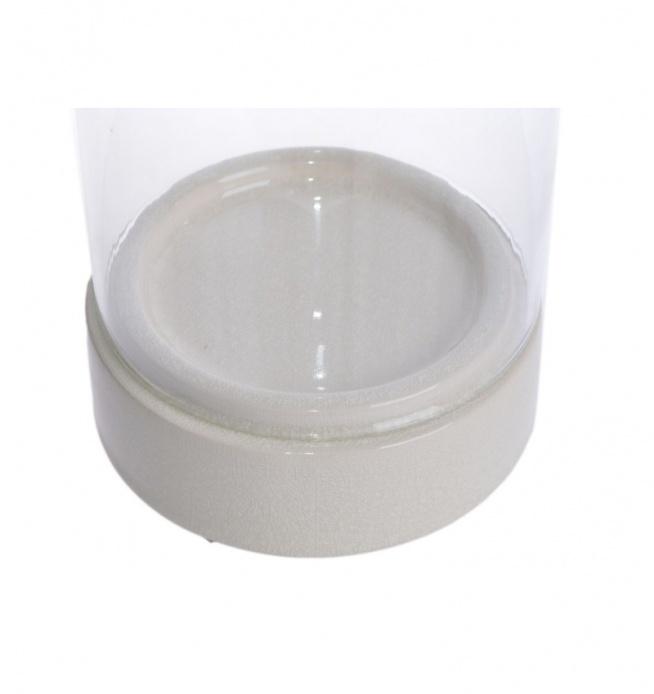 Duży świecznik szklany typu tuba o wysokości 34,5 cm. Świecznik składa się z ceramicznej podstawy o wyboru w dwóch kolorach: kremowym lub beżowym oraz szklanej tuby nakładanej na podstawę.  Piękny świecznik na dużą świece. Prezentuje się przepięknie w salonie, w gabinecie lub w jadalni na stole.