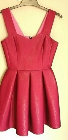 sprzedam!  sukienka z wadą po kotylionie. rozmiar xs. na s również dobre.