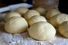 Pączki na parze (parowce)  Składniki: 500g mąki  2 jajka 50g drożdży 1 łyżecz...