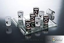 Zestaw składa się z oznakowanych kieliszków i planszy do gry w kółko i krzyżyk.