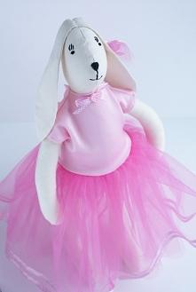 Zajączek w tiulowej różowej sukience.