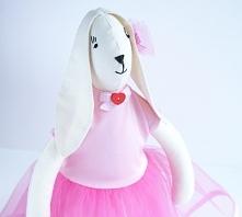 Zajączek Tilda w tiulowej różowej sukience.
